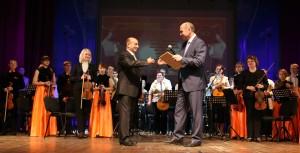 Глава Администрации МО г-к- Геленджик В.А..Хрестин поздравляет коллектив школы с юбилеем.