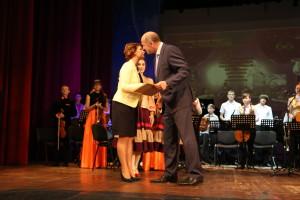 Глава Администрации награждает Почетной грамотой заместителя директора по учебно-воспитательной рабете Вострову И.И.